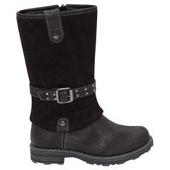 Μαύρες μπότες σε απομίμηση δέρματος με αγκράφες και φάσα που δημιουργεί την εντύπωση ρεβέρ