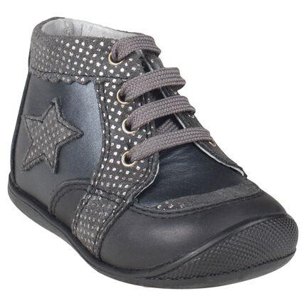 Bottillons noirs et gris en cuir avec patch étoile et lacets