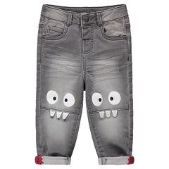 Γκρι τζιν με used όψη, μόνιμες τσακίσεις και τυπωμένα τερατάκια στα γόνατα