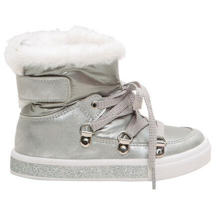Ασημί χαμηλές μπότες σε στυλ après-ski με κορδόνια και συνθετική γούνα στο άνοιγμα