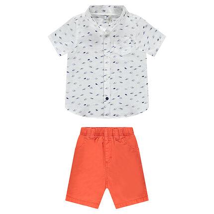 Σύνολο με εμπριμέ πουκάμισο και κοραλί βερμούδα